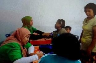Warga sedang menjalani pemeriksaan oleh tim medis RSCH Klaten