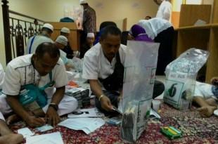 Jelang Pemulangan Haji Klaten 24 Oktober Petugas Melakukan Pengecekan Paspor (Dokumen KBIH Arafah Muhammadiyah Klaten)