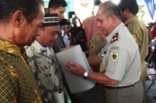 Kepala BPN Klaten Mendampingi Wakil Bupati Dalam Penyerahan Sertifikat Prona 2015