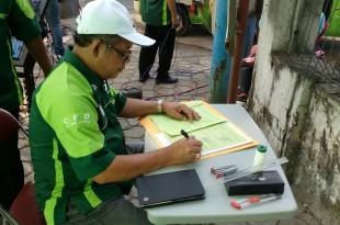 Kepala BPN Klaten Cahyono, SH, langsung menandatangani surat dalam layanan Car Free Day