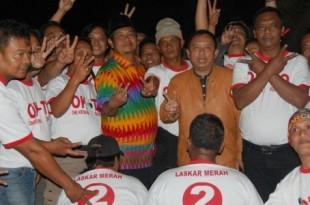 Simpatisan massa pendukung poto bersama dengan calon bupati One Krisnata.