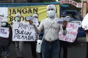 Aksi Teatrikal Kecurangan PIlkada Dengan Adanya Dugaan Money Politik di Klaten
