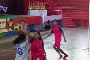 Berebut Bola : Pemain Korball DKI Membawa Bola Dihadang Pemain Sumatra Barat dalam Kejurnas Korfball di Gor Gelarsena Klaten
