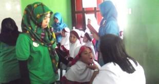 Salah satu siswa SD Harum Mulia Karanganom sedang diperiksa Dokter Rumah Sakit Cakra Husada Klaten
