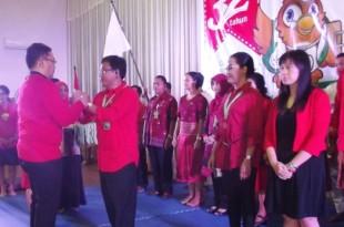 Direktur PT Cakra Husada Anak Agung Bagus Dananjaya menyematkan medali kepada Direktur Administrasi dan Keuangan Made Sumiarta di gedung Wangsamanggala Klaten