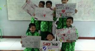 Dengan poster dari kertas bekas kalender siswa SMP Muhammadiyah PK Bayat Klaten Tolak perayaan valentine day