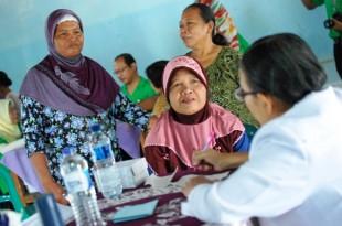 Warga Sawit sedang berkonsultasi dengan Dokter RS Cakra Husada Klaten