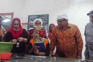 Menteri Koperasi  Agung Ngurah Puspa Yoga (nomor dua dari kanan) mengamati prose produksi di PT Agri Spice Indonesia Klaten