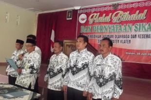 Pengurus MPMP Penjasorkes Klaten membacakan pernyataan sikap didampingi ketua sub rayon se Klaten