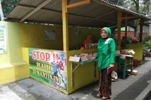 Kepala Sekolah SMPN 2 Karangnongko, Anik Ariastuti saat menunjukkan kantin sekolah yang sudah mengurangi penjualan menggunakan plastik