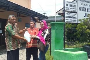 Endang Srikarti Handayani saat penyerahan disinfektan di Desa Jungkare kecamatan Karanganom.