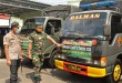 Kapolres Klaten AKBP Wiyono Eko Prasetyo dan Dandim 0723/Klaten Letkol Kav Minarso mengecek kesiapan armada untuk pendistribusian sembako.