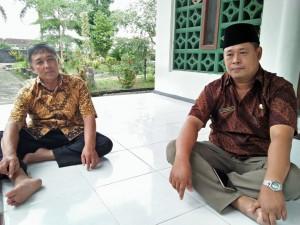 Kepala Desa Sidoharjo Tri Manto bersama Darsono Kasi Pelayanan