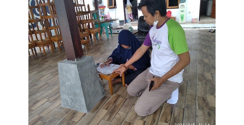 Kades Pundungan, Danang Setyawan saat menengok siswa yang tengah mengerjakan soal UTS di joglo Sindon