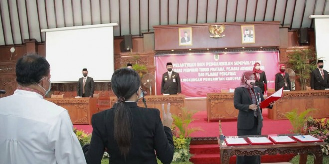 Bupati Klaten Sri Mulyani melakukan prosesi pelantikan sejumlah pejabat di pendopo Pemkab. (Sumber foto : IG Humas Klaten)